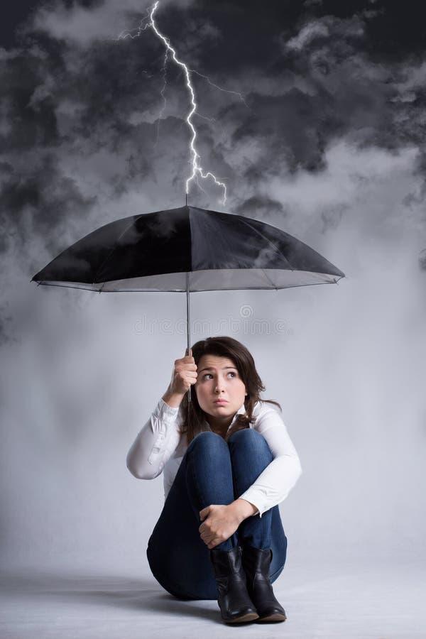 Femme pendant la tempête de sa vie images stock