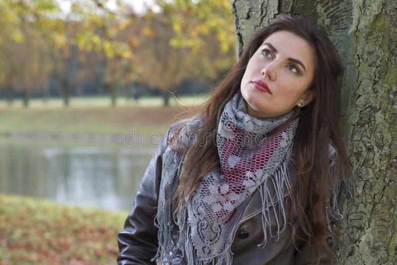 Femme pensant à l'arbre photos stock