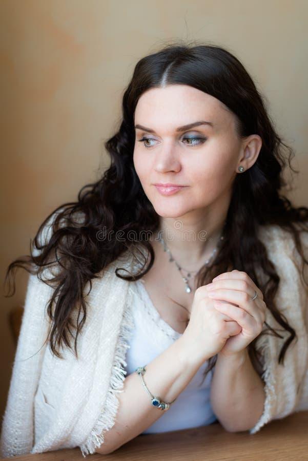 Femme pensant et regardant de côté images stock
