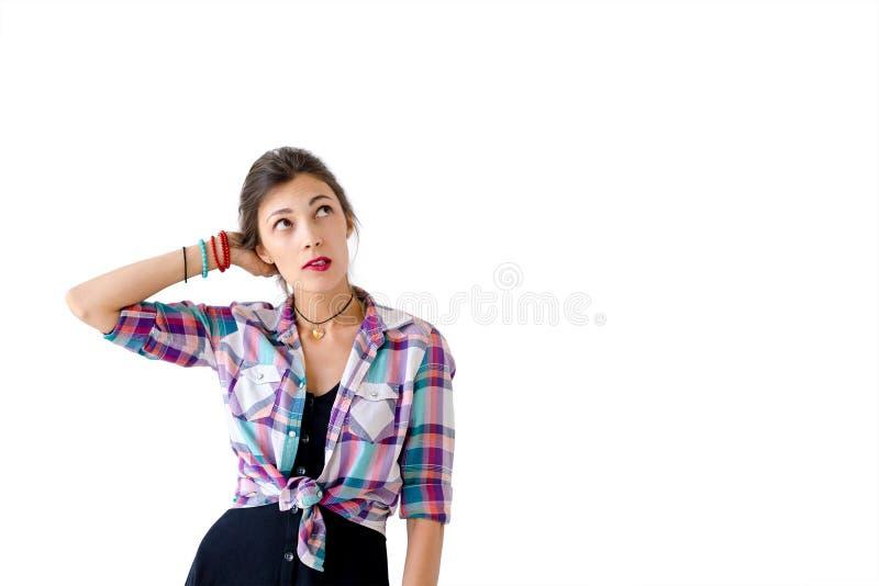 Femme pensant quoi porter sur le tir de studio de vacances photos libres de droits