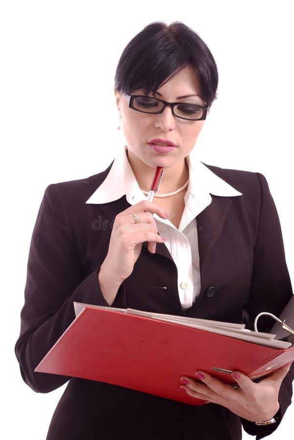 Femme pensante d'affaires retenant un support de fichier photographie stock