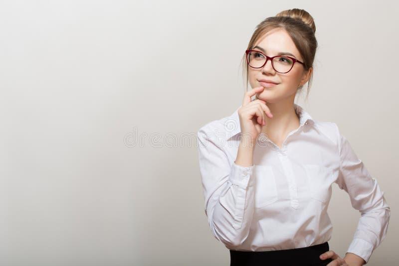 Femme pensif avec des glaces Fond gris image stock