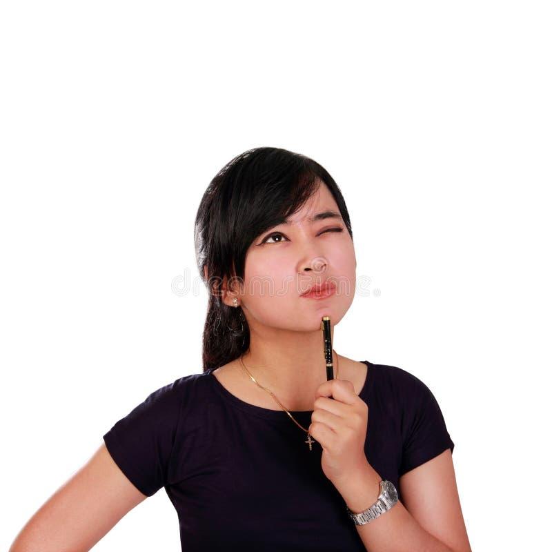 Femme perspicace regardant le supérieur d'isolement image stock