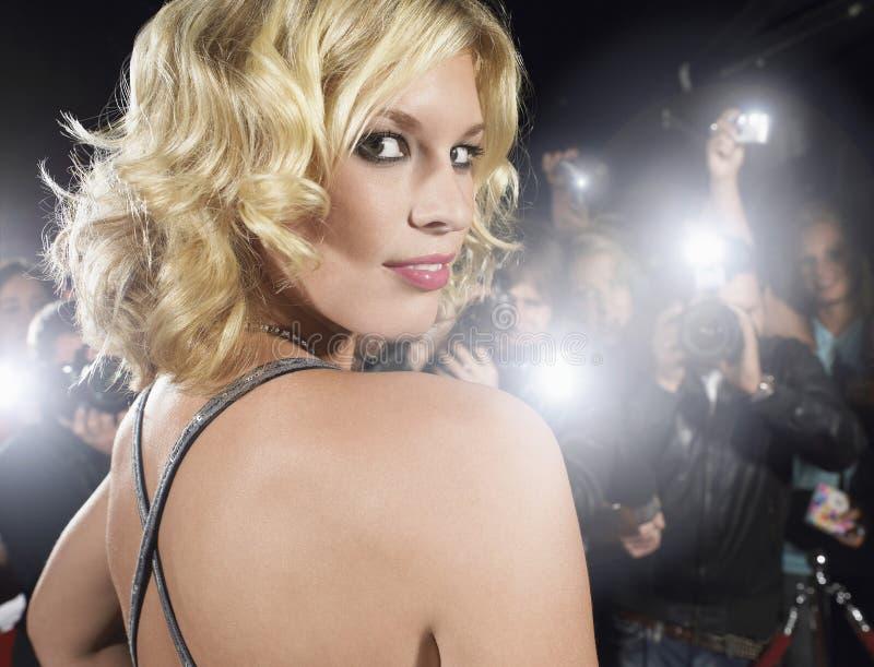 Femme photographié par des paparazzi photos libres de droits