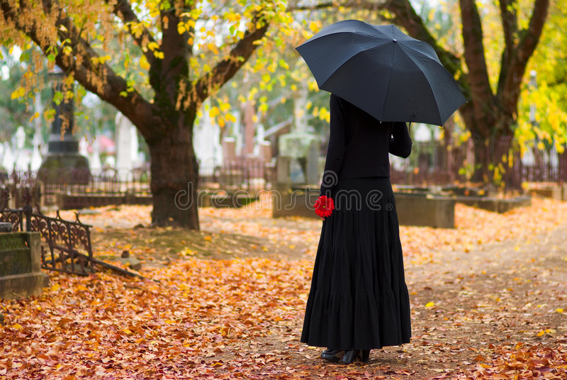Femme pleurant au cimetière photos stock