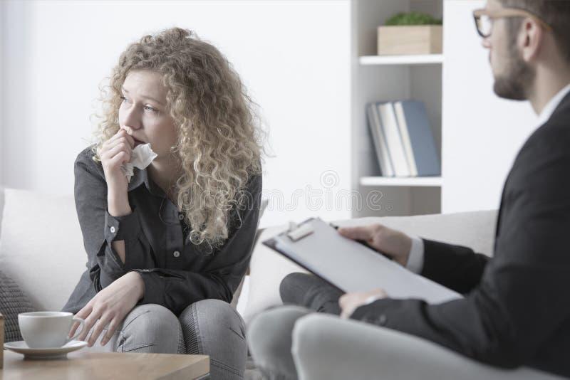 Femme pleurant dans la psychothérapie image stock
