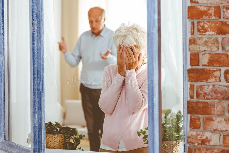 Femme pleurant pendant l'argument photographie stock