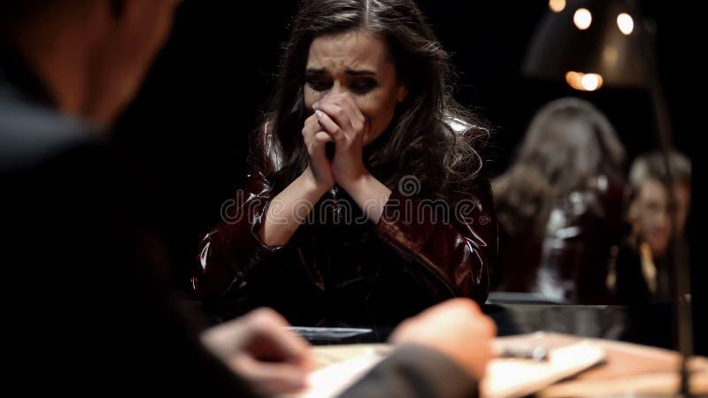 Femme pleurant, photo de représentation révélatrice au parent de victime après acte de terrorisme images stock