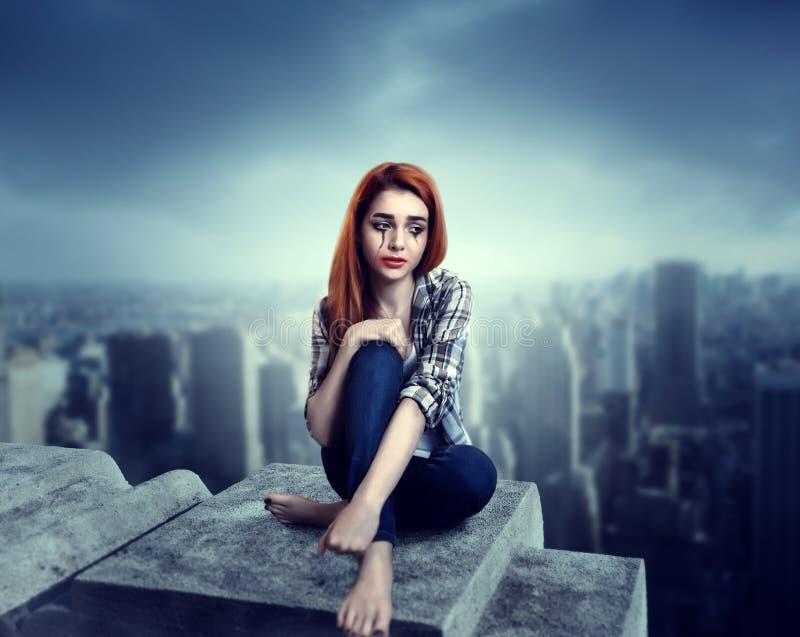 Femme pleurant sur le toit, effort de psychologie photo stock