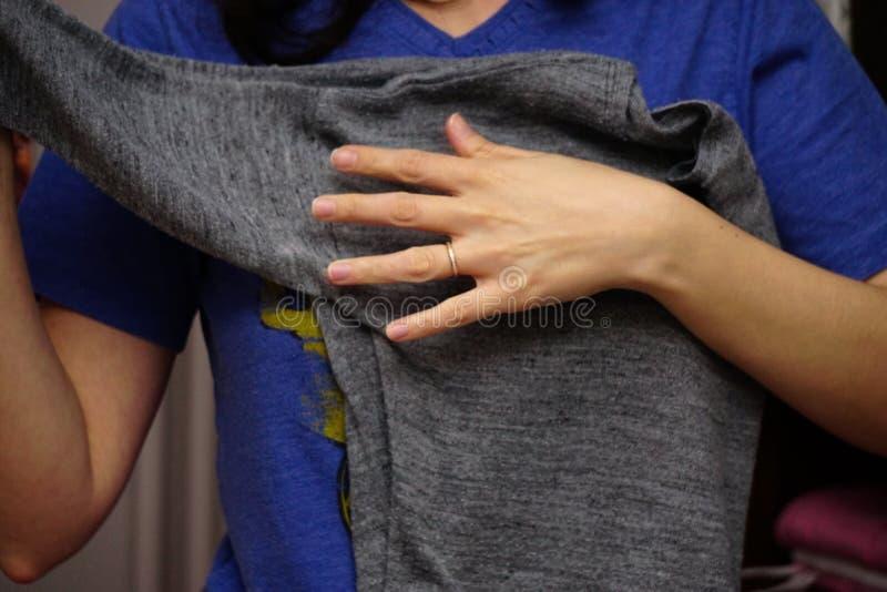 Femme pliant les v?tements faisant les travaux domestiques photo libre de droits