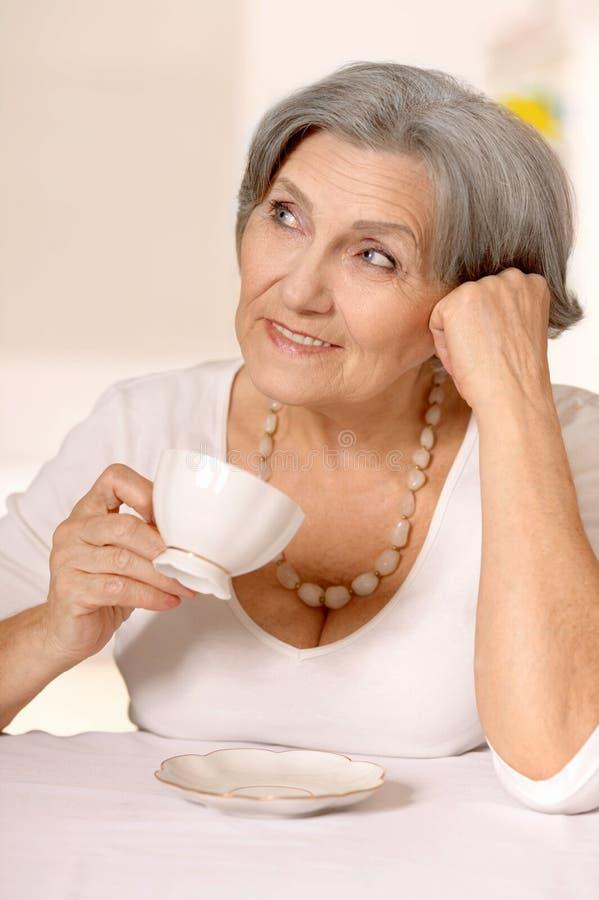Femme plus âgée heureuse photographie stock libre de droits