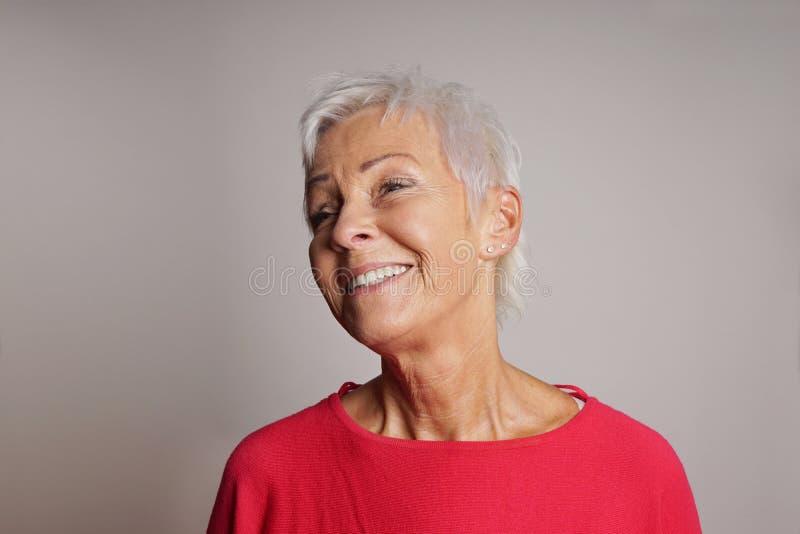 Femme plus âgée riante photos stock