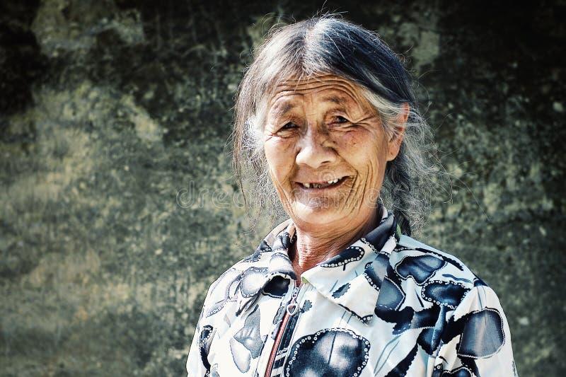 femme pluse âgé de pèlerin appréciant le soleil de début de la matinée photos libres de droits