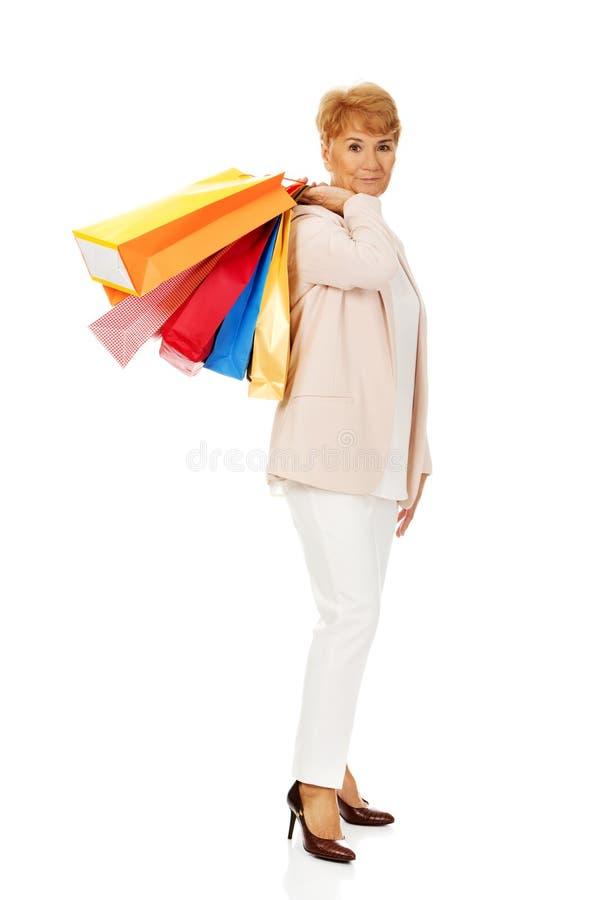 Femme pluse âgé heureuse d'affaires tenant des paniers photographie stock libre de droits