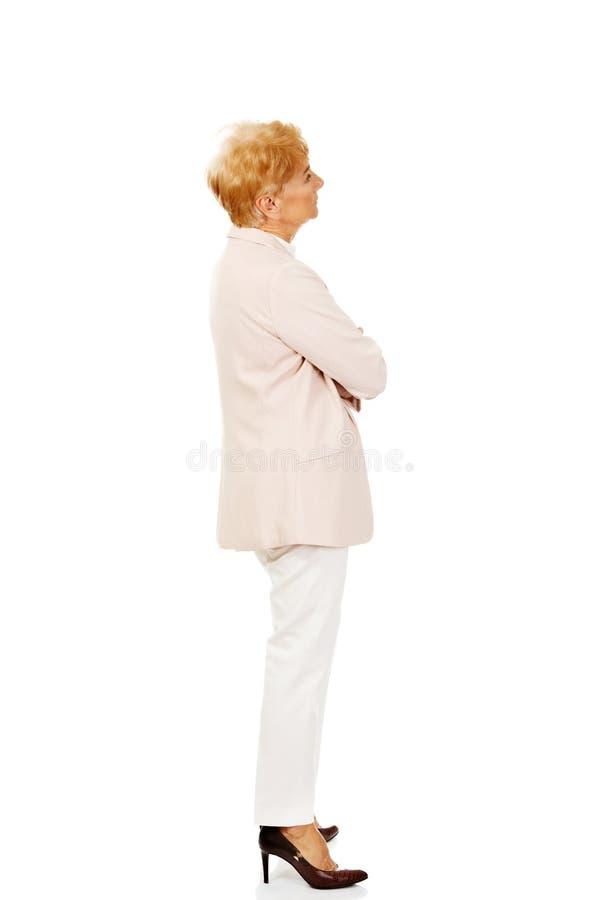 Femme pluse âgé inquiétée d'affaires avec des bras pliés photographie stock libre de droits