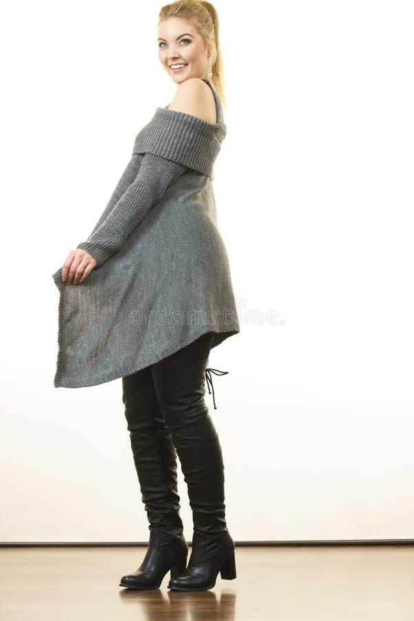 Femme portant la longue tunique sup?rieure grise de chandail photos stock