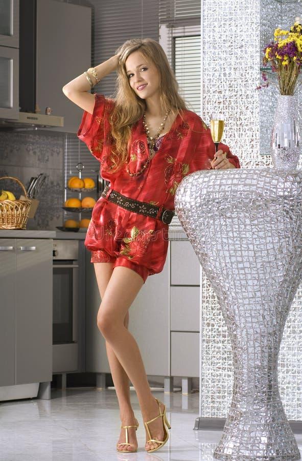 Femme portant la robe rouge photos stock