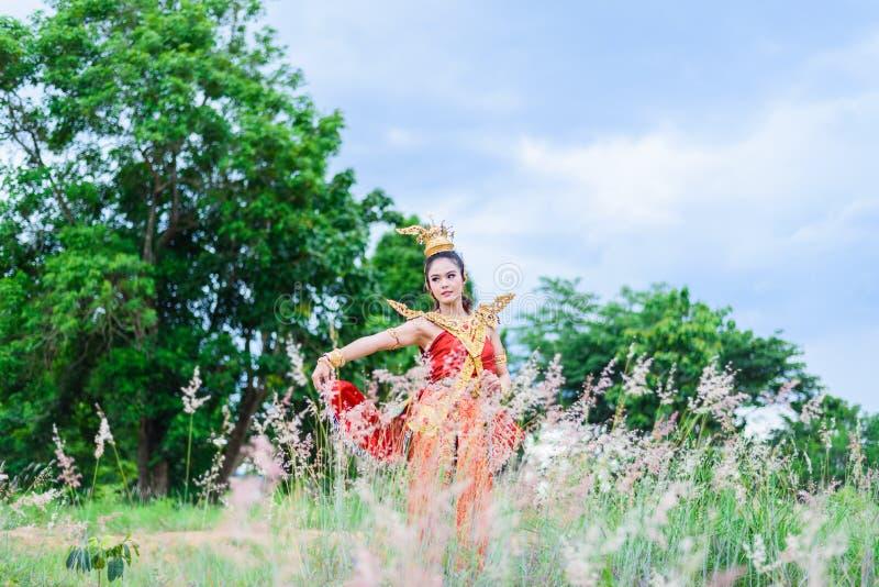 Femme portant la robe thaïlandaise typique photo stock