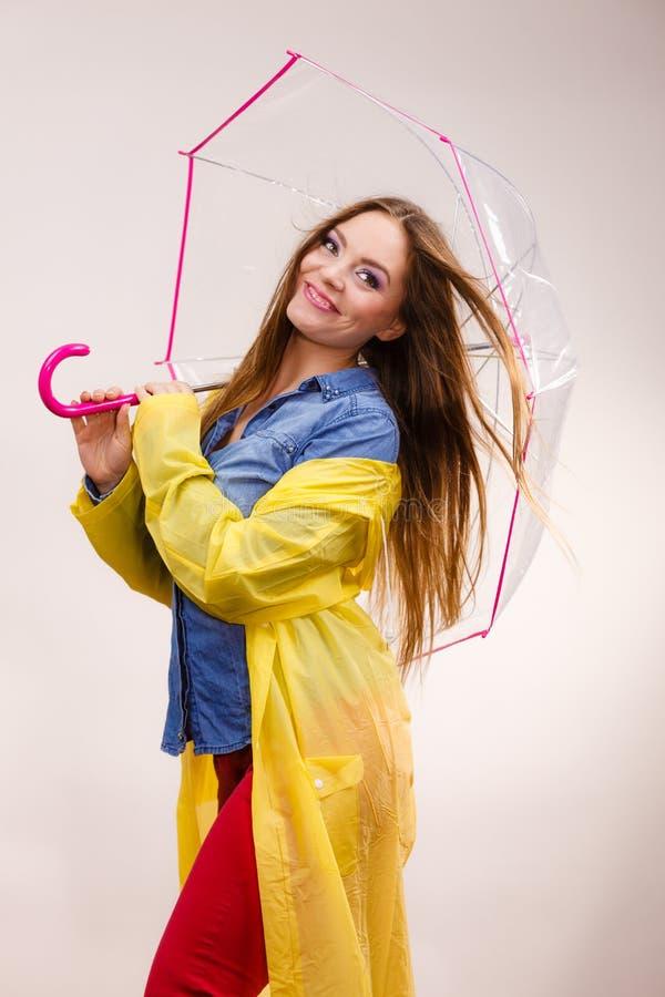 Download Femme Portant Le Manteau Imperméable Sous Le Parapluie Photo stock - Image du protection, vêtement: 77163214