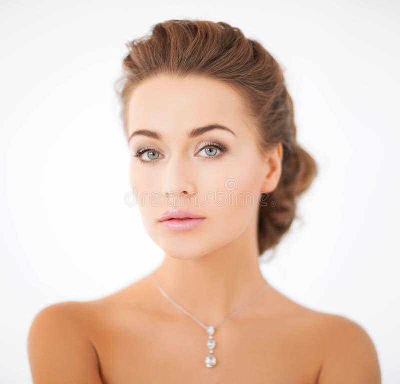 Femme portant le pendant brillant de diamant photos stock