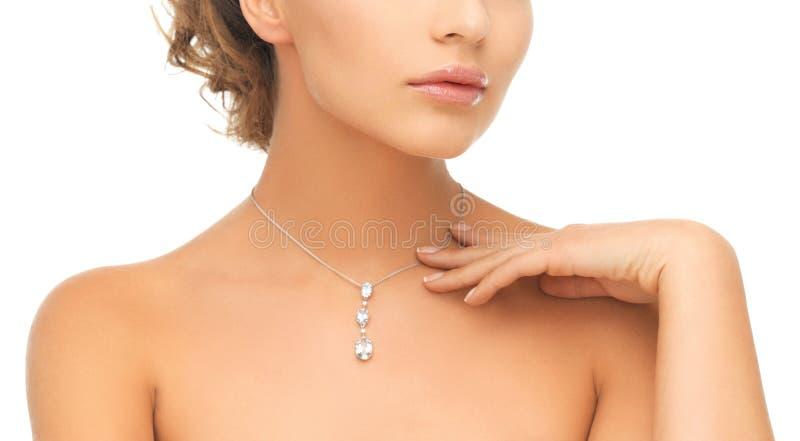 Femme portant le pendant brillant de diamant image libre de droits