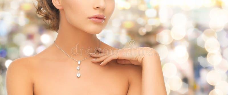 Femme portant le pendant brillant de diamant image stock