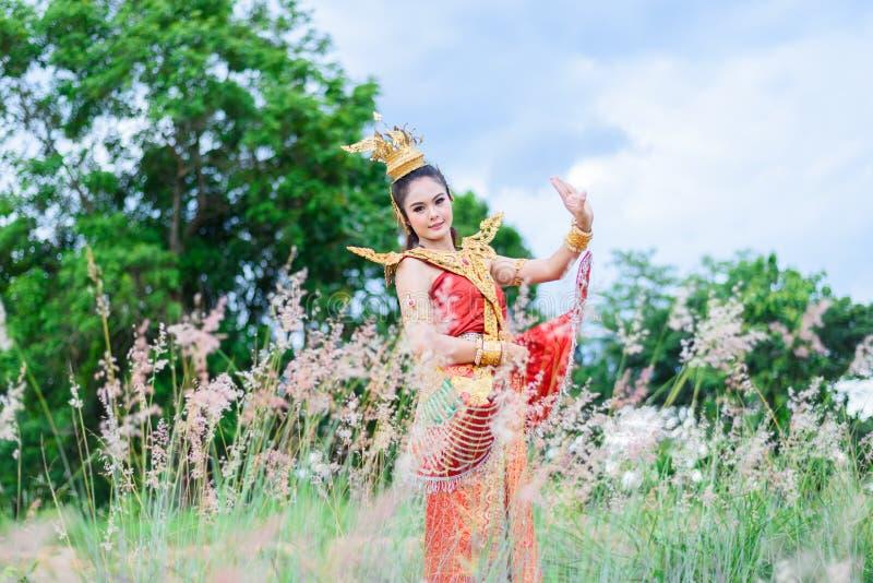 Femme portant le style thaïlandais de robe thaïlandaise typique photo libre de droits