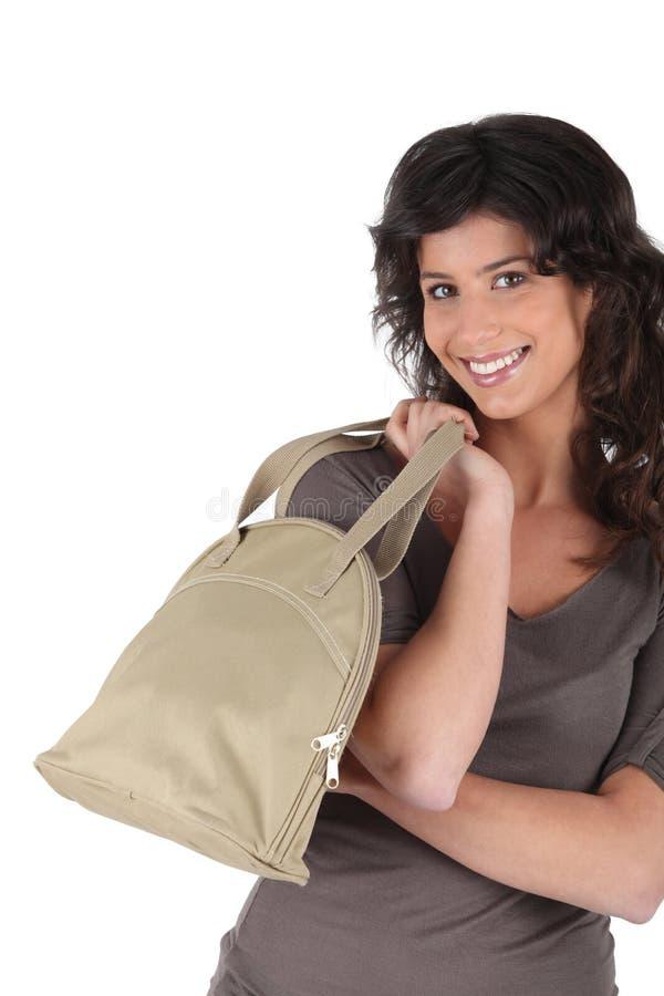 Femme portant un sac dans sa main photo libre de droits