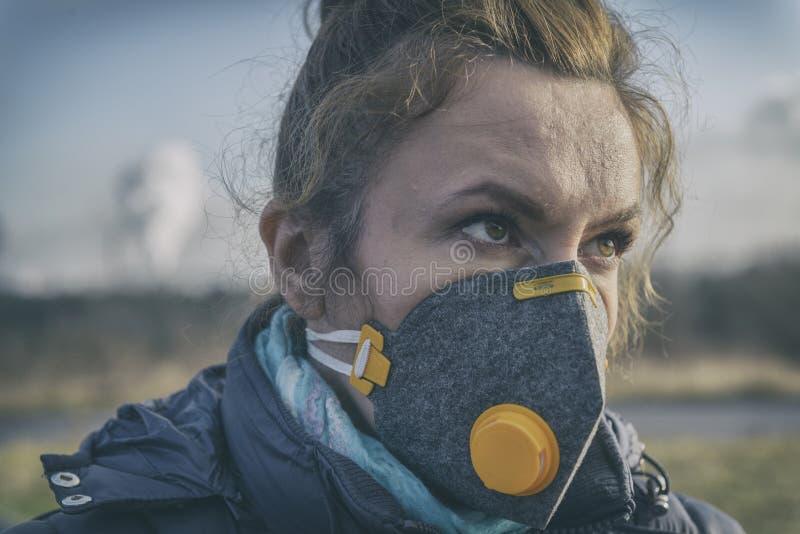 Femme portant un vrai masque protecteur contre la pollution, d'anti-brouillard enfumé et de virus photos libres de droits