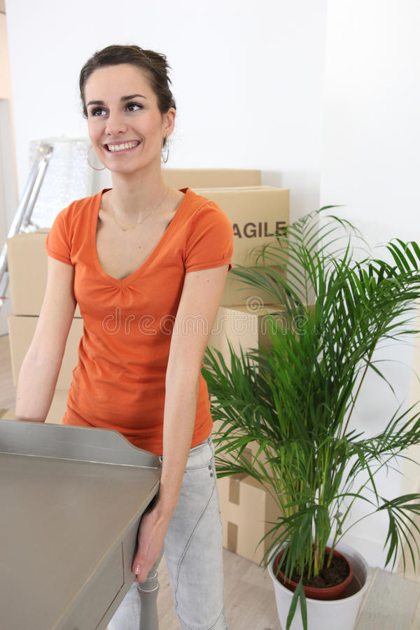 Femme portant une table photos stock