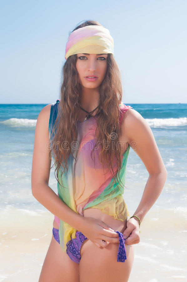 Femme posant à la plage photos libres de droits