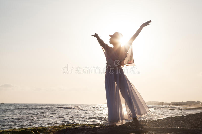 Femme posant au coucher du soleil photo libre de droits