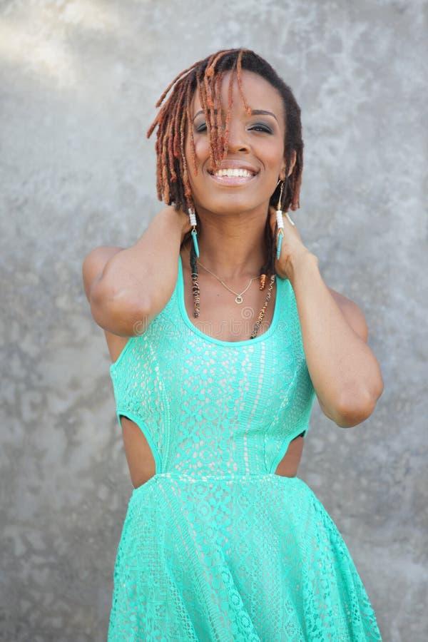 Femme posant avec des mains sur le cou image stock