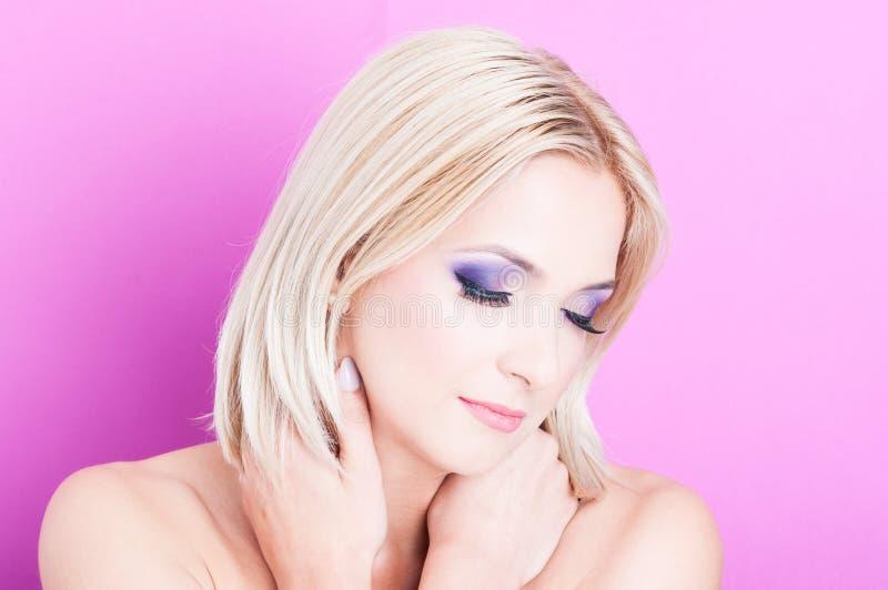 Femme posant avec des yeux fermés comme concept de beauté photos libres de droits