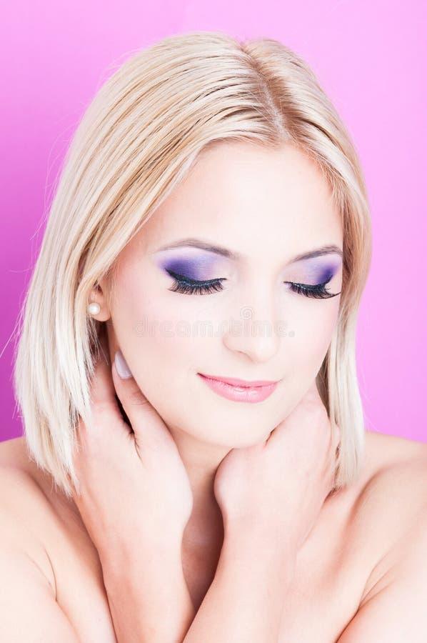 Femme posant avec des yeux fermés comme concept de beauté photographie stock libre de droits