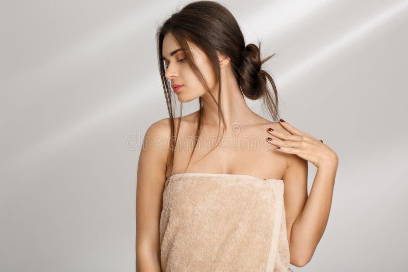Femme posant avec la main sur l'épaule regardant vers le bas Concept de relaxation photographie stock