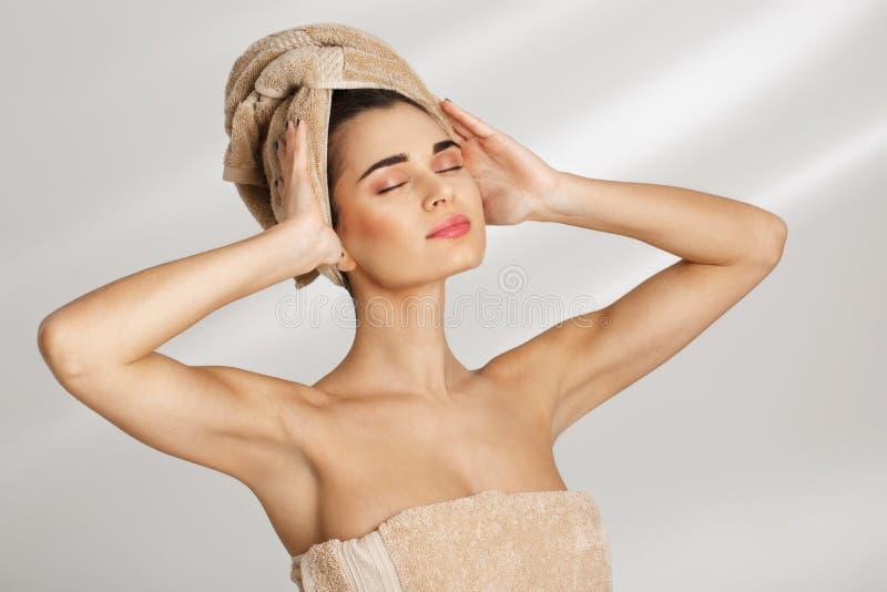 Femme posant avec la main sur l'épaule regardant vers le bas Concept de relaxation images libres de droits