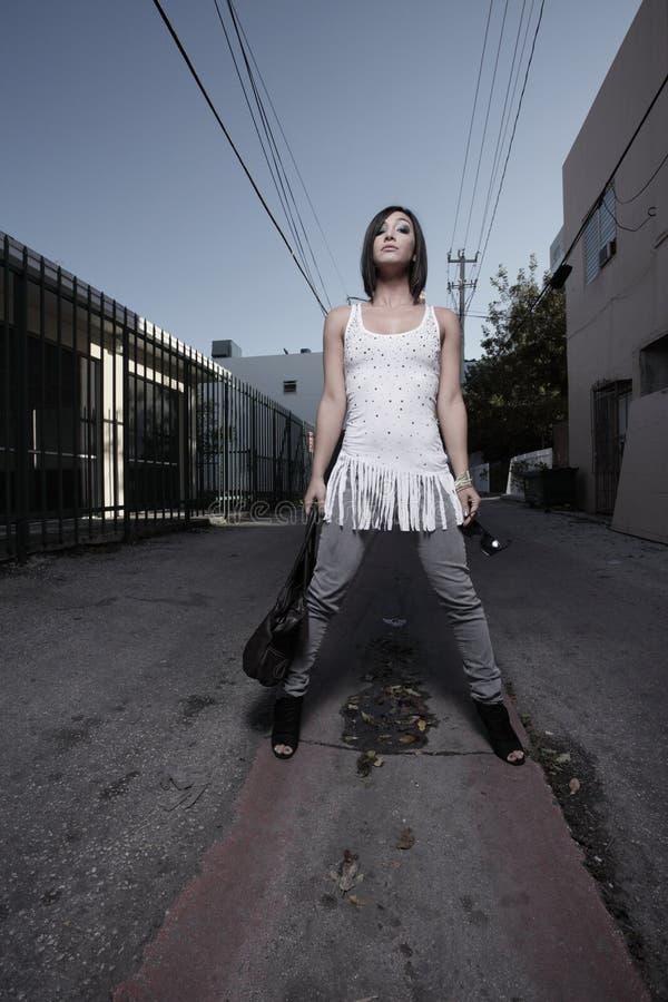 Femme posant dans la ruelle image libre de droits