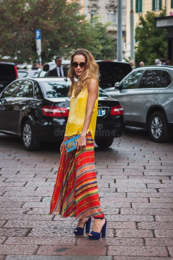 Femme posant les défilés de mode extérieurs de Gucci construisant pour la semaine 2014 de la mode de Milan Women image libre de droits