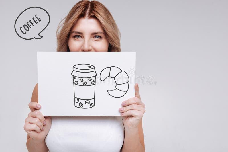 Femme positive souriant tout en attendant son café photos libres de droits