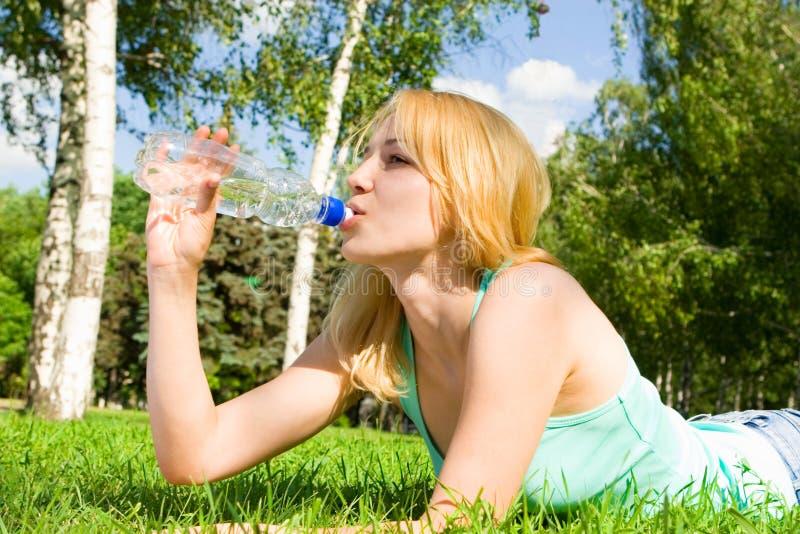 femme potable de l'eau d'été de clairière photographie stock