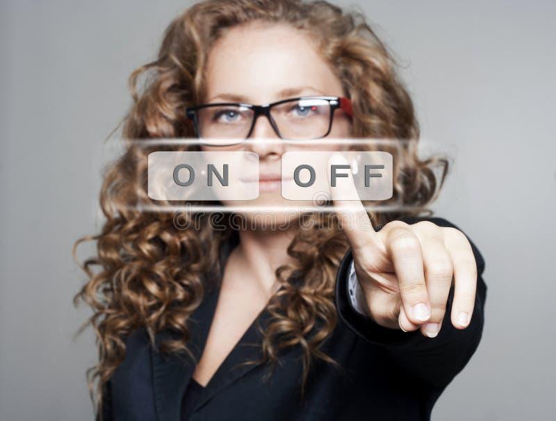 Femme poussant le bouton de 'OFF' images libres de droits