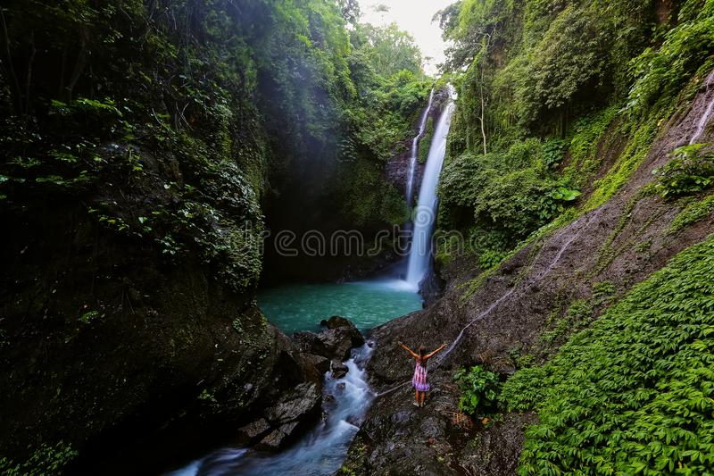 Femme près d'Aling-aling waterfal sur Bali, Indonésie images stock