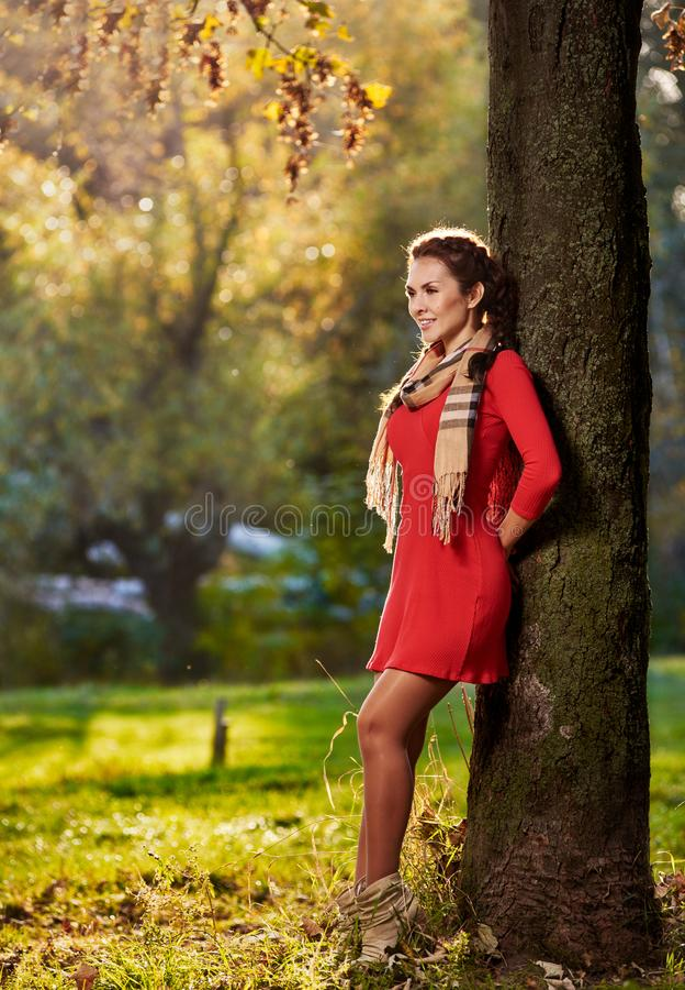 Femme près d'arbre photo stock
