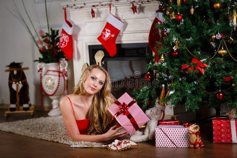 Femme près d'arbre de Noël photographie stock libre de droits