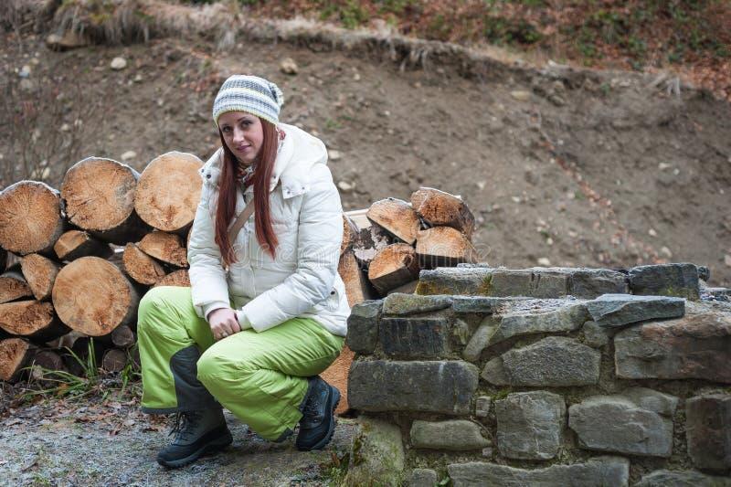 Femme près d'un mur en pierre photo libre de droits