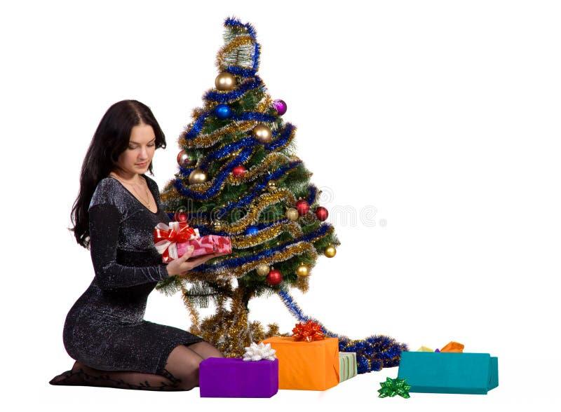 Femme près de l'arbre de Noël image stock