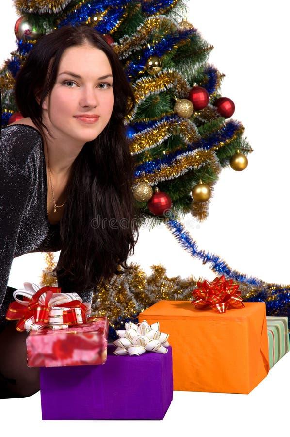 Femme près de l'arbre de Noël photos stock