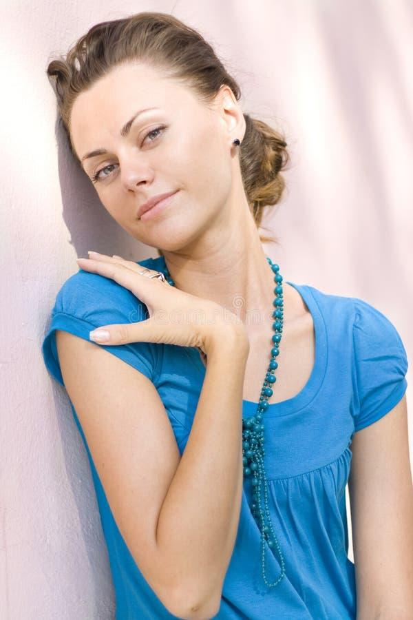 Femme près de mur rose photographie stock