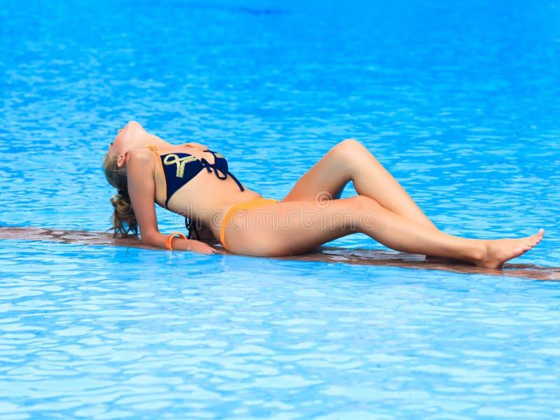 Femme près de piscine image stock